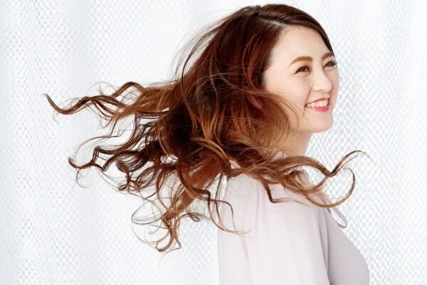 くせ毛を楽しんでいる女性