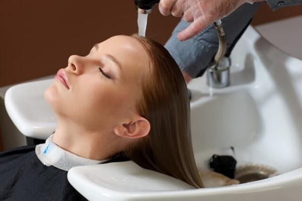 髪の予洗いをする様子