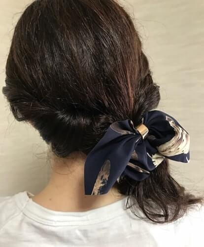 リボンのシュシュを結んだくせ毛