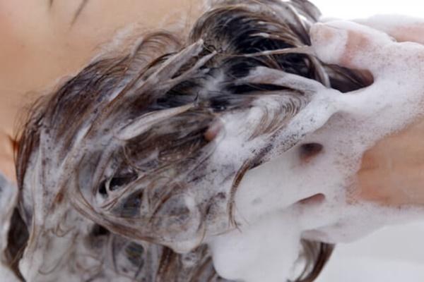 髪の毛がシャンプーで泡立つ様子