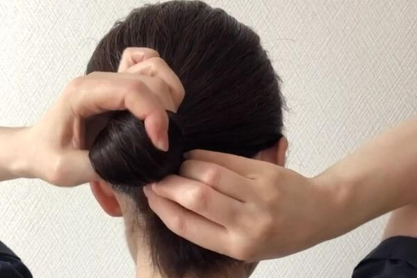 髪の毛を後ろでひとつに束ねる
