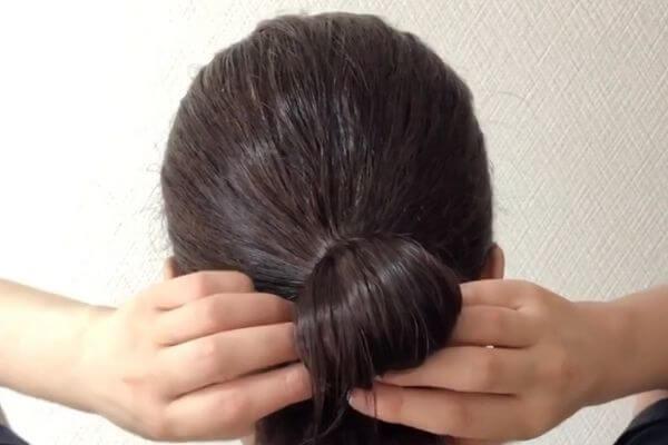 下に残した髪を2つに分ける