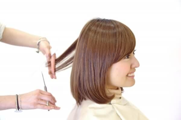 髪の毛を切ってもらう女性