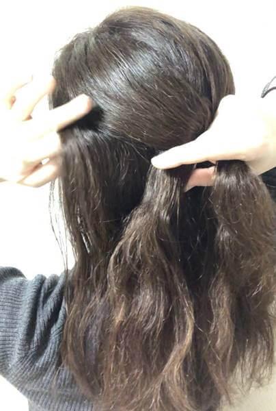 左の髪を少し取り、毛束と一緒に編む