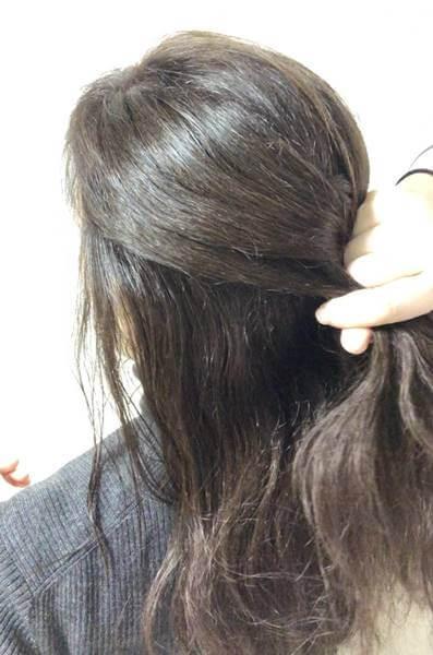 左側の髪の毛を左の毛束と合わせたところ