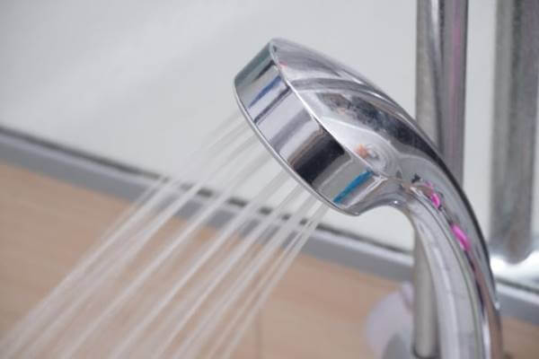 シャワーからお湯が出ているところ