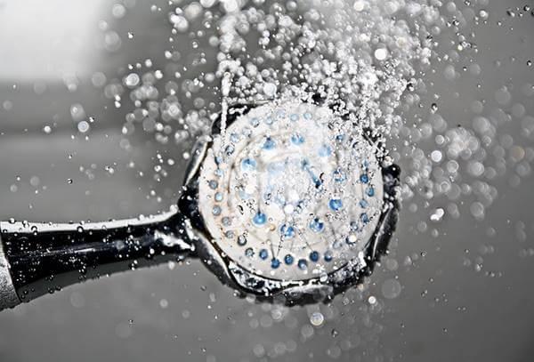 シャワーからお湯が出る様子