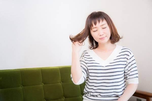 くせ毛を気にする女性