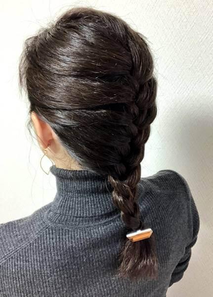 雨の日に髪を編み込みした女性